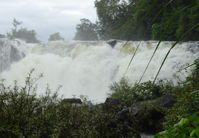 雨季の滝は豪快!いや危険