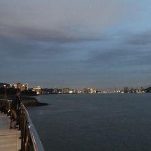 遠くに見える橋の夜景