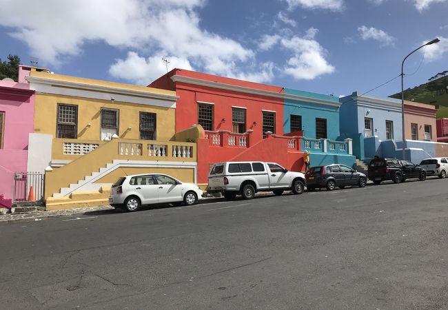 カラフルな家が並ぶ観光地