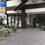 新勝寺へ向かう参道 の道中にある。