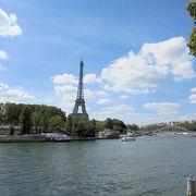 セーヌ川とエッフェル塔の写真が撮れる