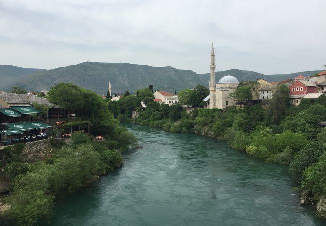 モスタルの街中を流れる川