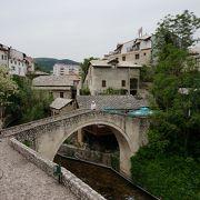 ホテルにつながる小さな橋