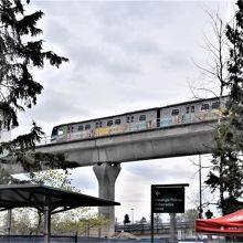 バンクーバー空港で到着ロビーを外に出ると見える高架の電車