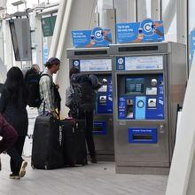 改札口の前にある切符の自販機。日本語にも対応していた