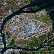 着陸前、座席前に映し出された空港の空撮写真