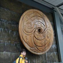 壁にあった先住民の大きな彫り物