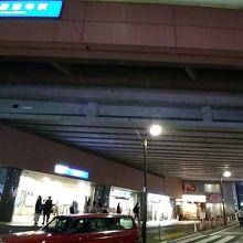 駅周辺にもこじんまりとした商店街やチェーンのレストランが結構あります