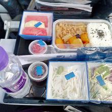 箸が提供された(マカオ-関空)。ダナン-マカオはお菓子&水。