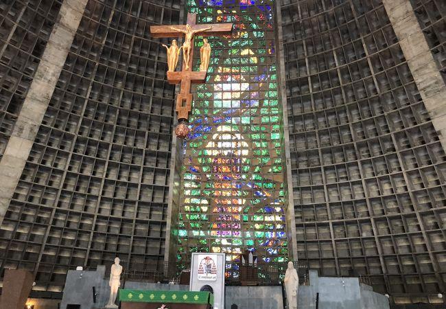 ピラミッドのような建物の中にステンドグラス