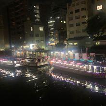 夜の屋形船は幻想的です!映画やTVのロケにもよく使われる場所です。