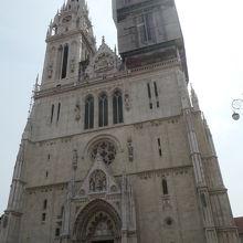二つの高い尖塔が特徴のザグレブ大聖堂
