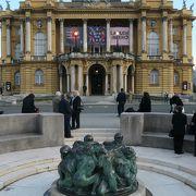 美しい公園内にある見事な建造物、クロアチア国立劇場