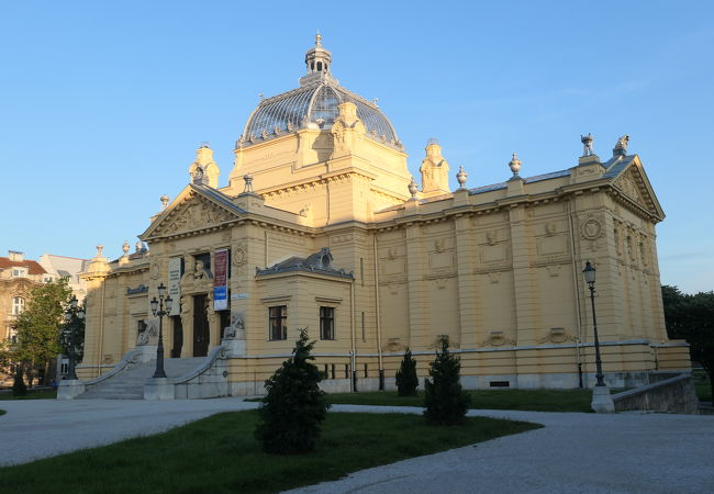 トミスラフ広場の北側に建っている見事な建造物、アートパビリオン