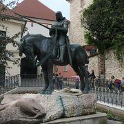 道路脇にあった龍退治の聖ジョージ騎馬像