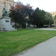 ザグレブ駅北側にある広い公園となっているストロスマエル広場