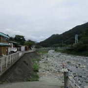 裏に道志川が流れており景観良く癒されます。