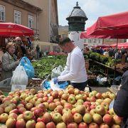新鮮な果物、野菜、花などが一杯の青果市場