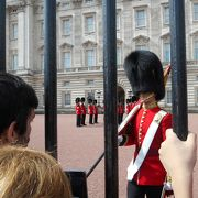 狙い目の曜日と時間を把握して、目の前で宮殿内の衛兵交代式を見よう