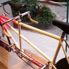 昔の競技で使われた二人乗りのタンデム自転車も展示