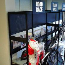 ルール紹介や使われる自転車、ユニフォームなどが展示