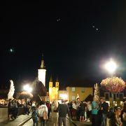 夜はワインを楽しむ人たちでいっぱいでした