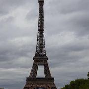 エッフェル塔をピクニックしながら見上げると気分良さそう
