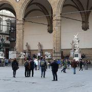 彫刻のならぶ優雅な広場