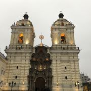 黄色いバロックとアンダルシア風の美しい教会