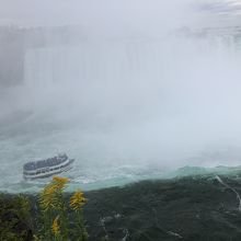 カナダ滝の前に行くクルーズ船