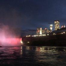 ホテル群とカナダ滝