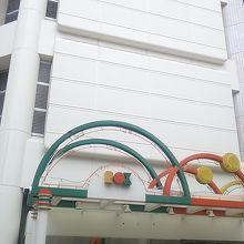 食料品が通常のスーパー並みの価格で購入できるつくばエクスプレス浅草駅近くに位置する複合施設