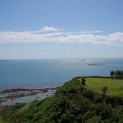 真っ青な海の向こうに神の島を望む高台にある公園