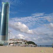 砂浜とビル群