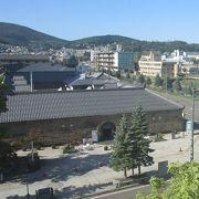 小樽運河沿いの風情ある石造りの倉庫を利用した施設で、観光案内所や物産プラザなどがあります。
