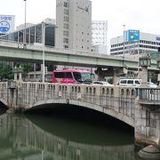 堂島川の川面に映る橋の姿がとても美しい橋