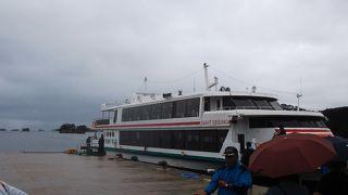 台風の影響で、船が揺れました。