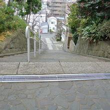 急な階段を上って。