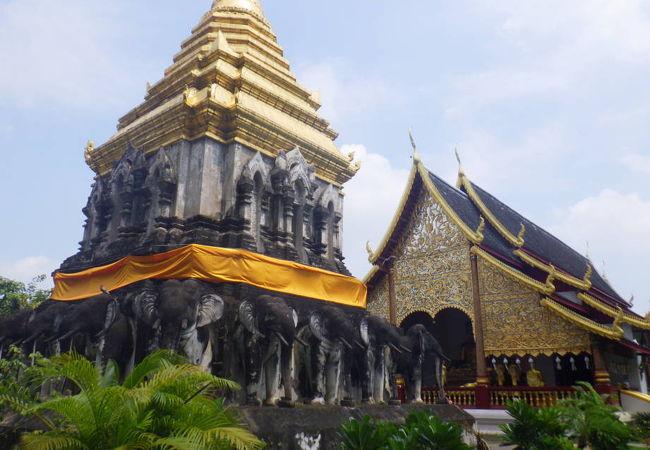 15頭の象で囲まれた仏塔は見ごたえがあり、どことなくインドにありそうな感じ
