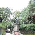写真:浜離宮恩賜庭園 可美真手命銅像