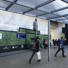 ユーストン駅での待ち合わせは、チケットセンターかこの銅像が分かりやすいですね