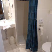 シャワー、洗面所、トイレが1か所にあります