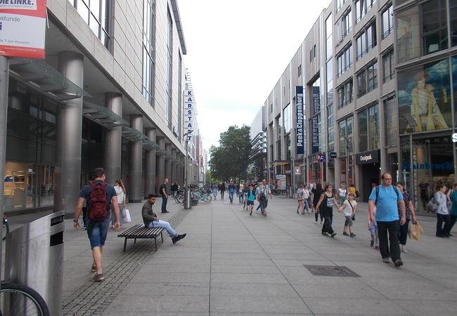 ドレスデン中央駅から旧市街地に延びる通りです。