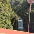 吊り橋の上から見る滝