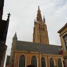 美しい歴史地区に建つ教会
