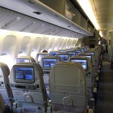 ドバイ→ラルナカ線の機内。半分くらいの搭乗率でゆったり。