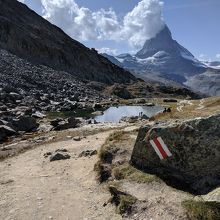 ハイキングコースの目印とマッターホルン