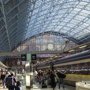 パリからユーロスターで到着するとイギリスを実感できる駅舎です