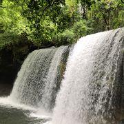 力強くて美しい滝