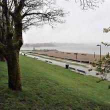 雨だったが、ビーチの広がりは見えた